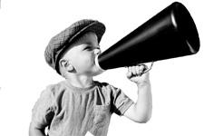 bambino con il megafono